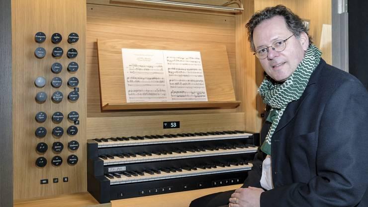 Organist Christoph Kaufmann und die neue Orgel.