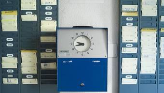 Die mechanischen Stempeluhren sind am Aussterben, doch die Arbeitszeit erfassen müssen immer noch die meisten Angestellten (Symbolbild).