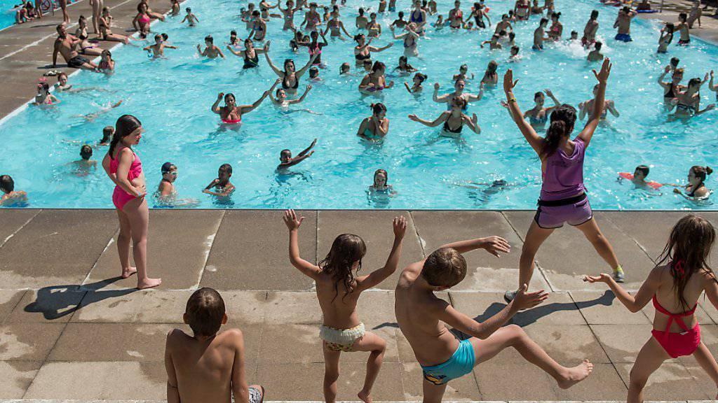 Die Hitze bescherte diesen Sommer den Badeanstalten - wie hier in Mendrisio TI - einen Grossandrang. Mancherorts konnten die Rekordwerte des Hitzesommers 2003 geknackt werden (Archiv).
