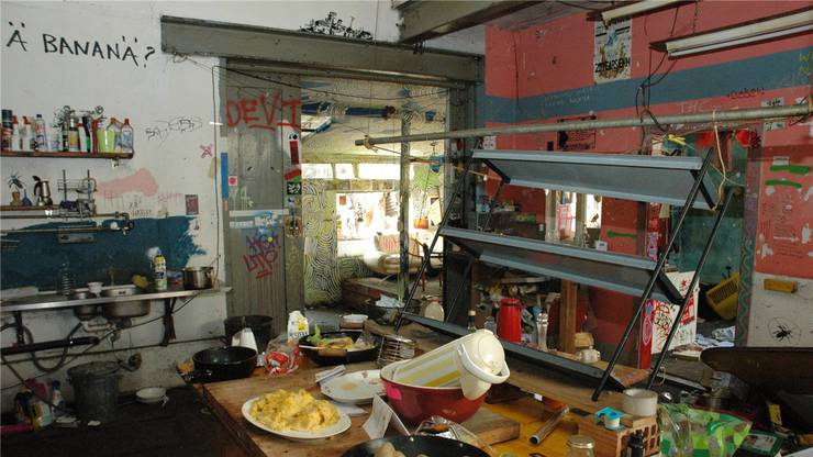 In der Küche stehen noch Essensreste von der letzten Party.