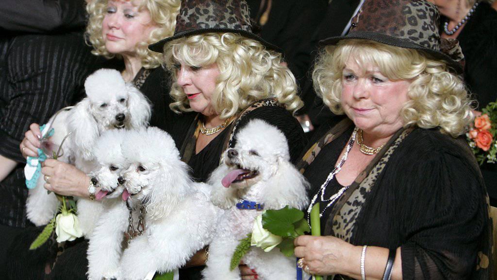 Eva, Rosie und Johanna Jacob, bekannt als die Jacobs Sisters, 2008 auf der Beerdigung ihrer Schwester Hannelore. Jetzt ist auch Johanna (r) tot (Archiv).