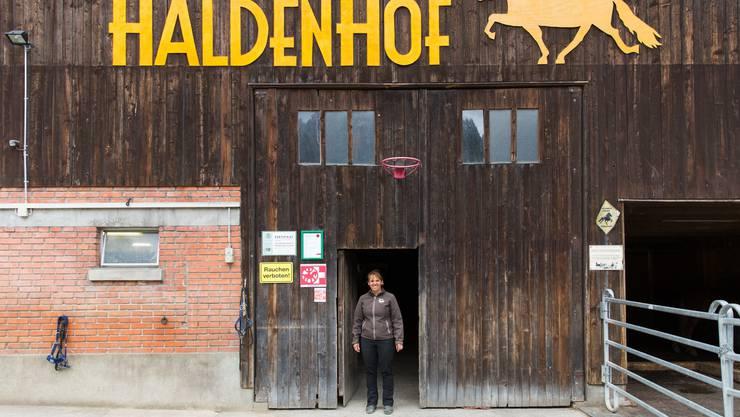 Rahel Helfenberger auf ihrem Haldenhof in Aesch.