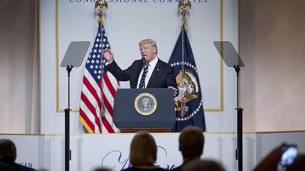 """Präsident Trump unter Freunden bei einem Dinner für republikanische Kongressabgeordnete.  Ende Mai will Trump beim NATO-Gipfel dabei sein. Noch im Januar hatte er die NATO als """"obsolet"""" bezeichnet."""