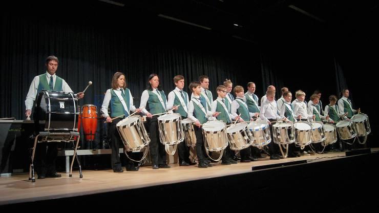 Die Tambouren der Kreismusik Limmattal – geleitet von Raffael Hotz – eröffneten ihr Konzert mit dem von Hotz komponierten «Jubiläumsmarsch».