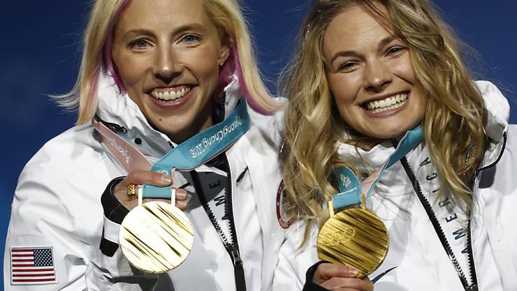 Kikkan Kikkan Randall (links) und Jessica Diggins feiern ihre Sprint-Goldmedaille
