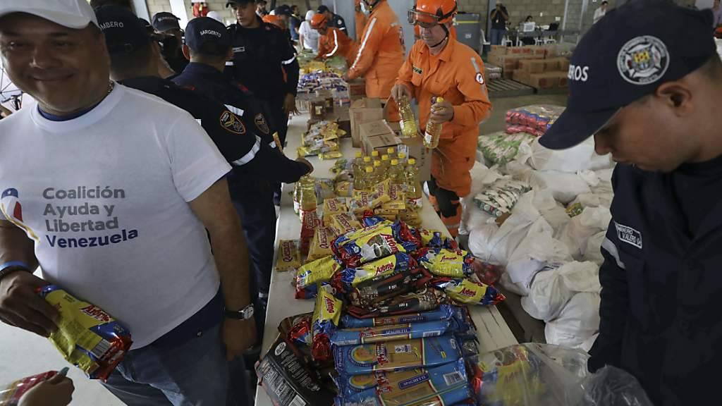 Der Bevölkerung in Venezuela fehlt es an Lebensmitteln, Medikamenten und Hygiene-Artikeln. Hilfsgüter erreichen zwar die Sammelstellen ausserhalb des Landes, wie hier in Kolumbien, werden jedoch nicht ins Land gelassen.