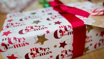 Schweizerinnen und Schweizer kaufen ihre Weihnachtsgeschenke nach wie vor lieber im Laden als im Internet. 270 Franken gibt ein Haushalt in diesem Jahr für Spielwaren aus. (Archiv)