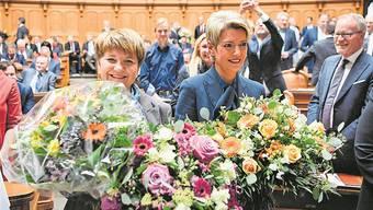 Blumen für die Neugewählten: Viola Amherd (links) und Karin Keller-Sutter. Anthony Anex/Keystone
