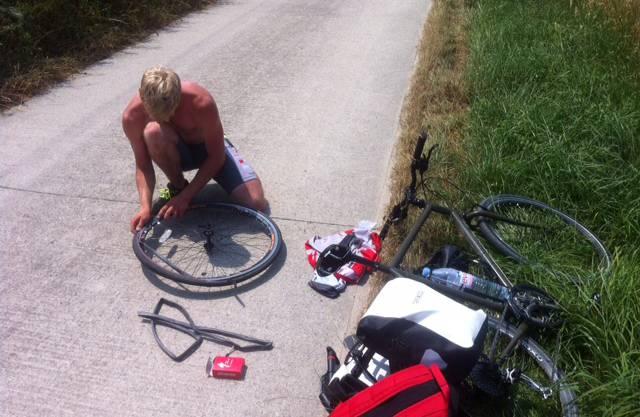Reto war auf dieser Etappe, die mit Mittagsrast in Yverdon über 120 Kilometer nach Lausanne führte, arg vom Pech verfolgt: Er hatte zwei Platten.