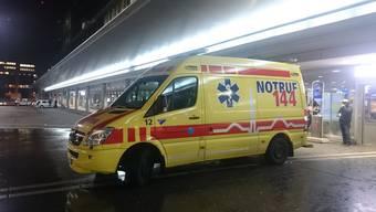 Die Ambulanz musste am Donnerstagnacht nach einer Schlägerei am Bahnhof Aarau ausrücken. (Symbolbild)