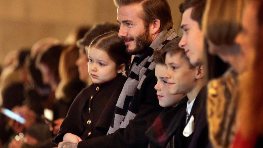 David Beckham wartet mit seinen Kindern an der Fashion Week in New York auf die Models, welche die Kollektion seiner Frau Victoria auf dem Laufsteg präsentieren.