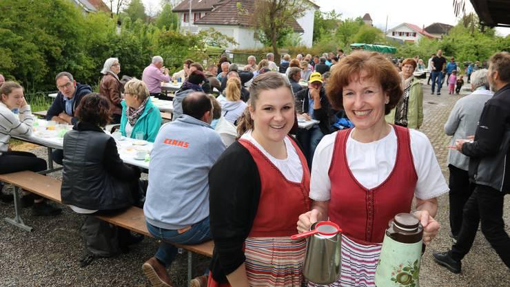 """Seit Jahren schenkt Maja Freiburghaus (r.) am traditionellen """"Trachtezmorge z'Halte a dr Oesch"""" urchigen Milchkaffee ein; ihre Tochter Corina ist als Helferin ebenfalls schon lange dabei"""