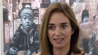 Kashya Hildebrand spricht vor einem Gemälde des chinesischen Kuenstlers Tiangbing Li an der Kunstmesse in Singapur,