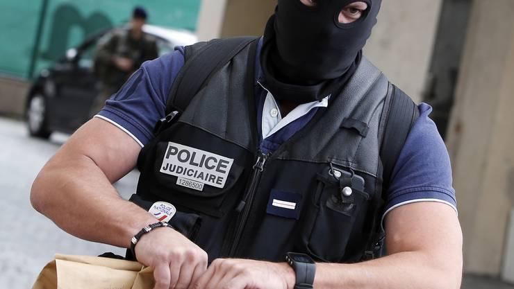 Nach einer mutmasslichen Fahrzeug-Attacke auf Soldaten in einem Vorort von Paris gehen französische Ermittler einem Terrorverdacht nach.