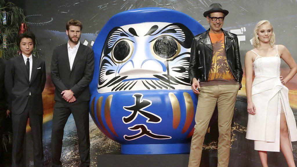 Roland Emmerich, Regisseur des 3D-Films «Independence Day: Resurgence» (links), posiert in Tokyo mit den Schauspielern Tatsuya Fujiwara, Liam Hemsworth, Jeff Goldblum und Maika Monroe (Archiv)