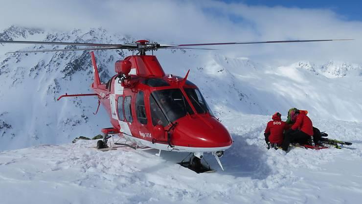 Die Bergretter der Schweizerischen Rettungsflugwacht (Rega) im Einsatz. Sie mussten drei Skitourenfahrer ausfliegen, die zusammen mit ihren vier Rettern eine Nacht im Biwak verbracht hatten. (Bild: Rega)