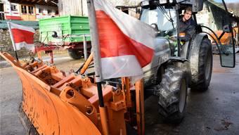 Mathias Anderegg auf seinem Hof in Wangen mit seinem Traktor mit Schneepflug. Bruno Kissling