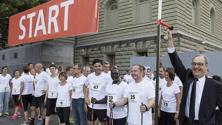 """Bundesrat Guy Parmelin, rechts, gibt das Startsignal zum 16. Parlamentslauf """"Parlamotion""""."""