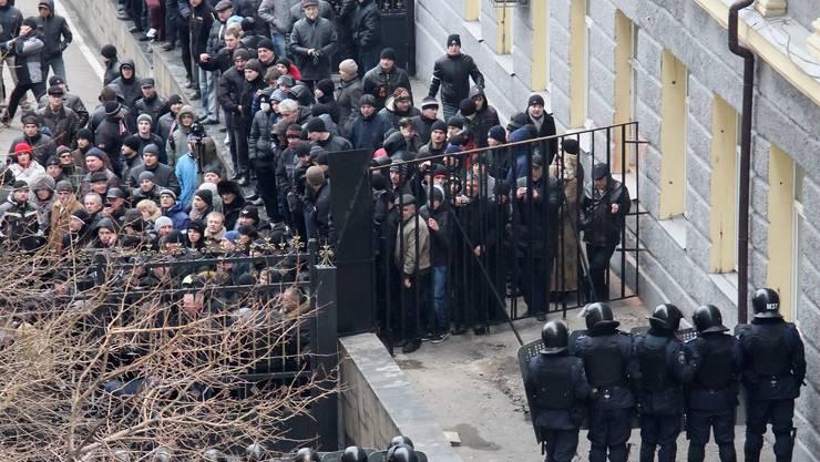 Pro-russische Demonstranten dringen auf das Gelände des Regierungsgebäude in Domezk ein.