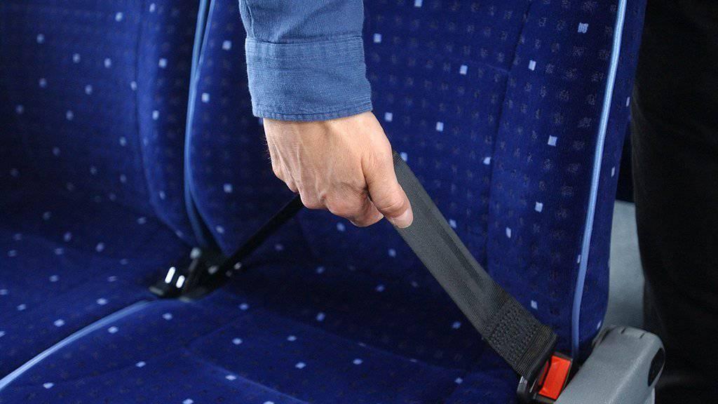 Sicherheitsgurten müssen auch manchen Strecken im Bus angelegt werden.