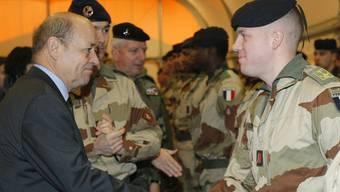 Verteidigungsminister Jean-Yves Le Drian (links) besucht vor Beginn des Mali-Einsatzes im Januar 2013 die Militärbasis Miramas im Süden Frankreichs (Archiv)