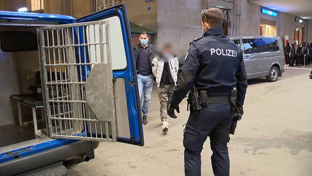 Polizeieinsatz in St. Gallen: 60 Verhaftungen, 500 Wegweisungen, Pyros und Brennsprit