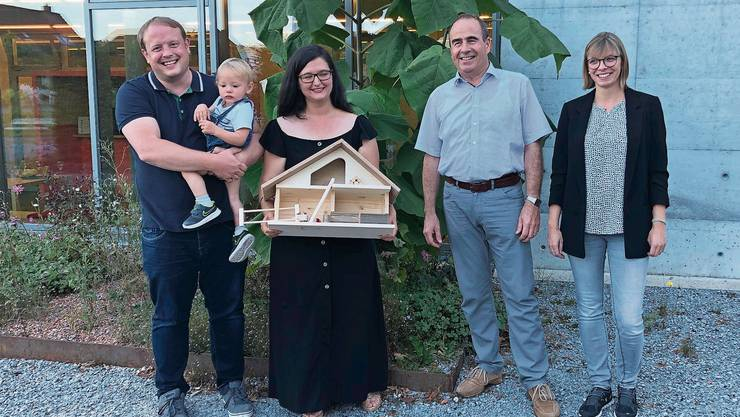 Vor rund zwei Monaten zogen die Einwohner 3999 bis 4001 nach Staufen: (von links) Björn Thewes, Jakob Thewes, Berkenda Frrokaj mit Gemeindeammann Otto Moser und der stellvertretenden Gemeindeschreiberin Anja Amweg.