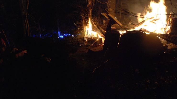 Balsthal SO, 15. Dezember: Im Wald bei Balsthal ist in der Nacht auf Sonntag eine kleine Waldhütte abge-brannt. Ausgelöst wurde der Brand offenbar durch Glutreste. Verletzt wurde niemand.