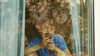 Junge sind mehr online als Erwachsene. Doch sie beschäftigen sich auch mehr mit der regen Internetnutzung. (Archivbild)