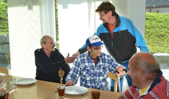 Zum Mittagessen trifft sich Bantle mit seinen alten Heimkumpels Viktor, Michel und Kurt (v