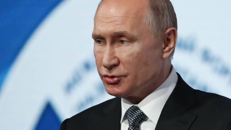 Russland setzt den INF-Abrüstungsvertrag zum Verzicht auf landgestützte atomare Mittelstreckenwaffen mit den USA aus. Staatschef Putin hatte im Februar angekündigt, dass Russland dies tun werde als Reaktion auf die Aufkündigung des Abkommens durch die USA.