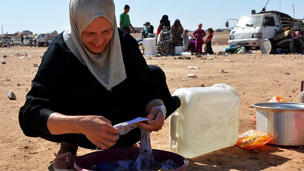 Eine vor IS-Kämpfern geflüchtete Frau in einem Flüchtlingslager im syrischen Qana. (Archivbild)