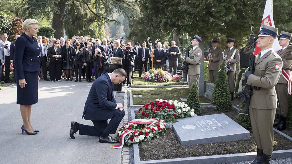 Polens Präsident Andrzej Duda mit seiner Frau Agata Kornhauser-Duda gedenken des Holocaust-Retters Konstanty Rokicki auf dem Friedhof Friedental in Luzern.