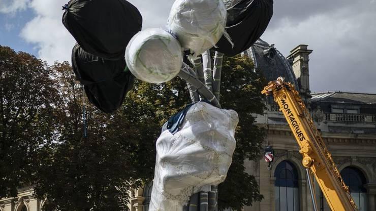 """Die Riesenskulptur """"Bouquet of Tulips"""" von Jeff Koons bekommt nun ihren Platz unweit der Pariser Champs-Élysées."""