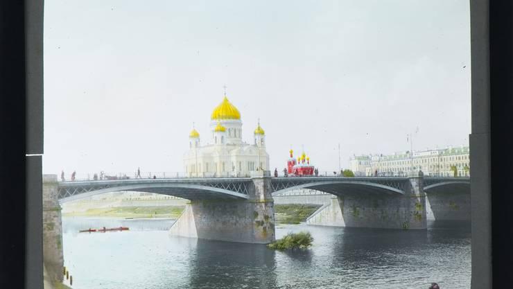 Mit 22 bricht er nach Kiew auf und siedelt dann nach Moskau über, wo er als Kaufmann arbeitet und die Anfänge der russischen Revolution miterlebt.