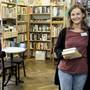Maya Itin (links) und Farah Dettwiler von der Buchhandlung «Rapunzel». Hier kann man sich zum Lesen auch einschliessen lassen.