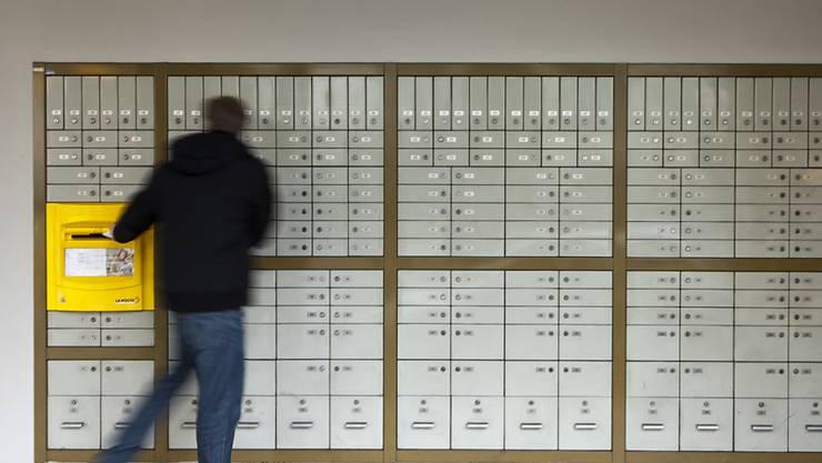 Die Postfächer in der Schweiz werden trotz Coronakrise noch regelmässig geleert. (Archivbild)