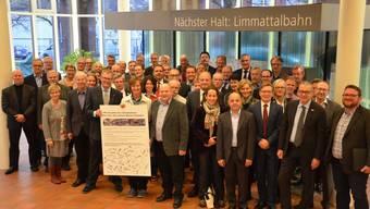 Die Stadt- und Gemeindepräsidenten hoffen auf ein Ja an der Abstimmung vom 22. November 2015. Sogar Ständeratskandidat Ruedi Noser (FDP) fand sich ein.