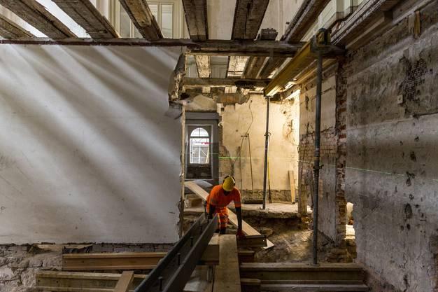 Oben an der Decke die freigelegten Balken, auf denen der neue Boden des Elefantensaals erstellt wird.
