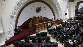 Das demokratisch gewählte Parlament in Venezuela tagt weiter, obschon Staatschef Nicolas Maduro dieses durch eine neue Versammlung ersetzen liess.