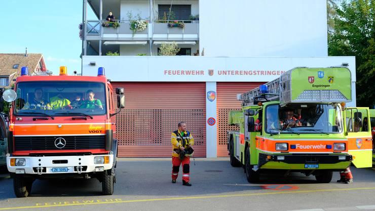 8.20 Uhr morgens: Ralph Pfister, Kommandant Stellvertreter des Depot Unterengstringen, koordiniert die Einsatzkräfte beim Aufbruch vom Unterengstringer Feuerwehrdepot in Richtung Schulhaus Büel.