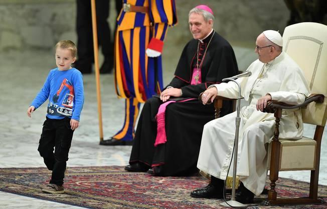 Bei der wöchentlichen Generalaudienz von Papst Franziskus am Mittwoch 28. November 2018 ist ein gehörloser Knabe auf die Bühne geklettert.