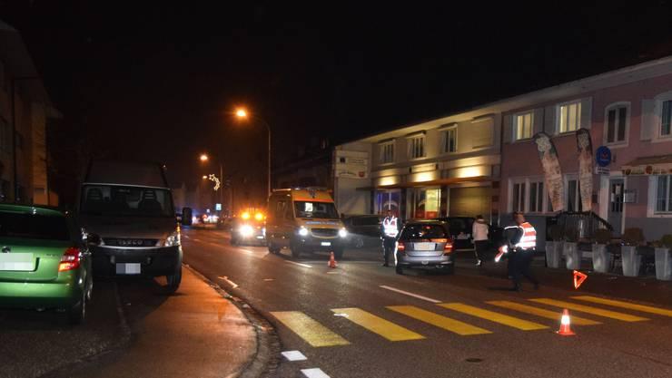 Eine Jugendliche wurde von einem Auto erfasst und zog sich mittelschwere Verletzungen zu.