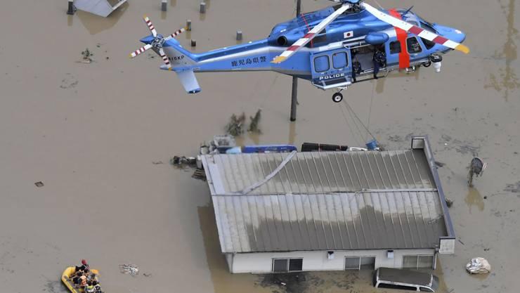 In mehreren Region Japans kam es nach starken Regenfällen zu schweren Überschwemmungen.