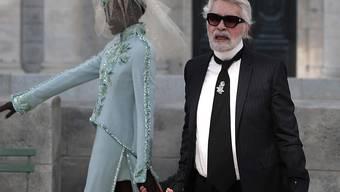 Die Kleider und Handtaschen des im Februar verstorbenen Stardesigners Karl Lagerfeld waren im vergangenen Jahr vor allem in Asien heiss begehrt. (Archivbild)