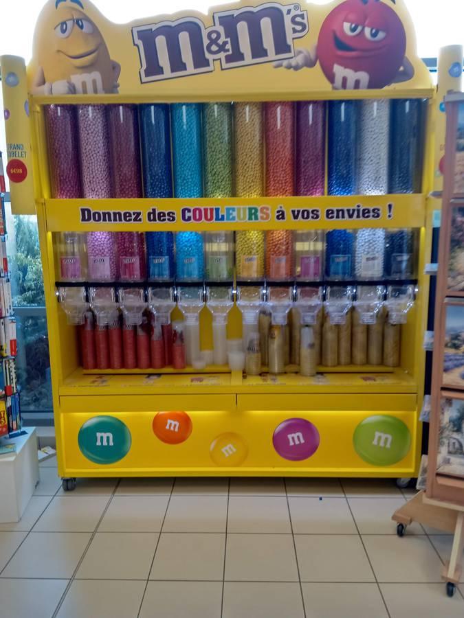In Frankreich gibt es sie schon: Die M&M-Maschine, bei der man die Farben einzeln kaufen kann. (© FM1Today/GerryReinhard)