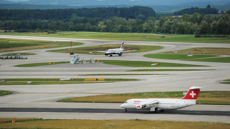 Mit Schnellabrollwegen soll verhindert werden, dass Flugzeuge die Pisten für nachfolgende Maschinen blockieren.(Symbolbild)