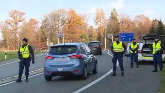 Grosseinsatz am Samstag, 17. November: 140 Aargauer Polizisten stehen wegen Einbrechern im Einsatz.