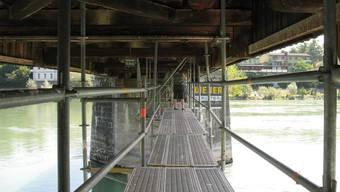 Zwischen zwei Pfeilern der Holzbrücke ist derzeit ein Gerüst angebracht.
