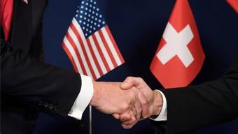 Der Steuerstreit ist längst Vergangenheit: US-Politiker und Schweizer Bundesrätereichen sich wieder die Hand.